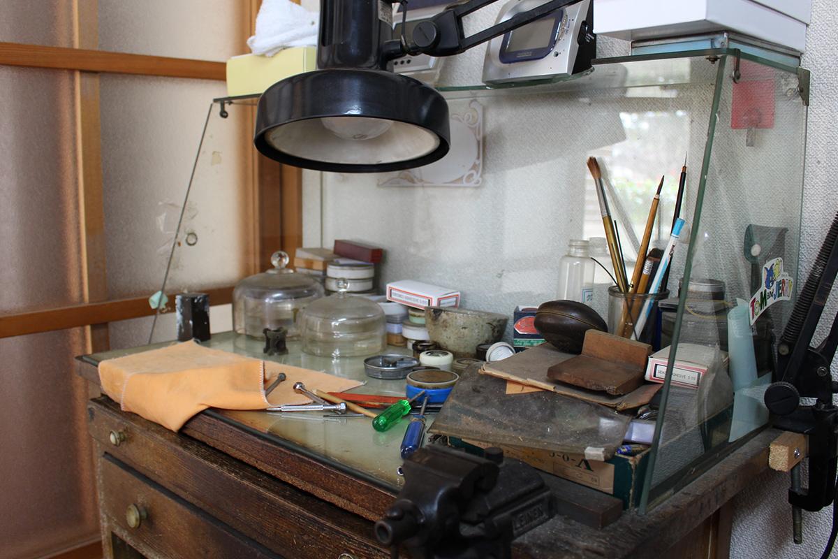 カルディアの前身「荒川時計店」創業時から使い続けている年季の入った机