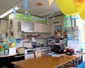 キッチン・リビングを模した広々とした小平電機店内